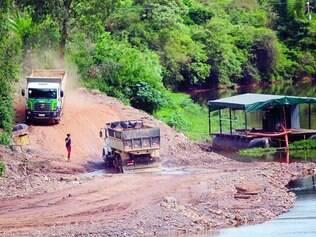 Material. Cerca de 5.000 caminhões estão sendo retirados do rio das Velhas