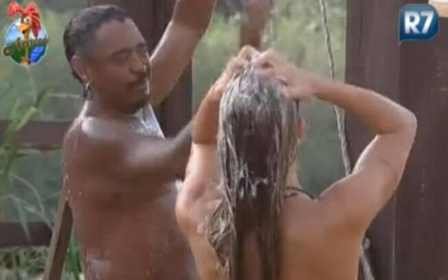 Joana Machado e Compadre Washington tomam banho juntos