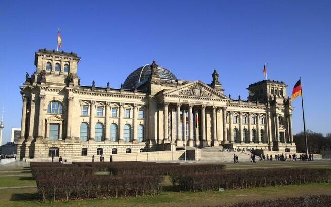 Palácio do Reichstag é um local histórico de Berlim que foi bombardeado na guerra e depois foi restaurado
