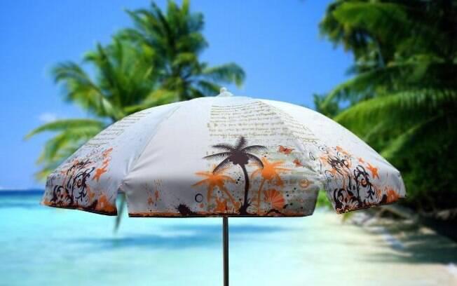 Só o guarda-sol não é suficiente para proteger a pele dos raios solares