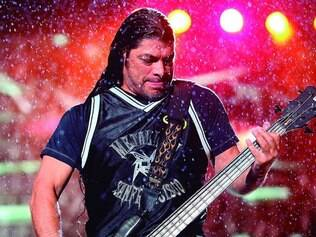 "Sob chuva. O baixista Robert Trujillo durante show da turnê ""By Request"" da banda de heavy metal, na capital paulista"