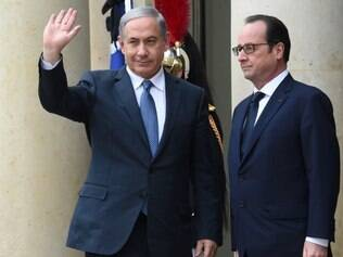 O presidente francês, Francois Hollande (direita) dá boas-vindas ao premiê israelense, Benjamin Netanyahu