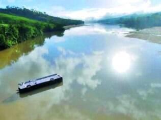 Dificuldade.Após cair de uma altura de aproximadamente 20 m, ônibus foi arrastado por 30 m devido à forte correnteza do rio Jequitinhonha