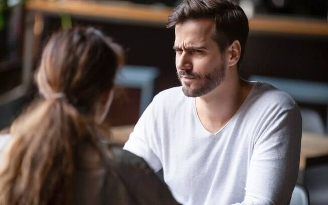 O rapaz quer contar para a futura esposa do amigo o que realmente aconteceu, mas fica na dúvida se deve fazer isso