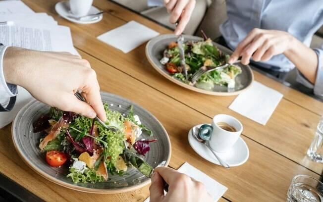 Menu executivo oferece uma refeição completa ao combinar entrada, prato principal e sobremesa