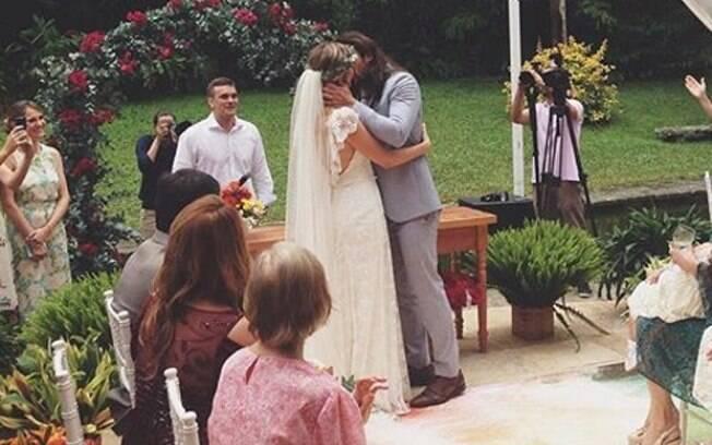 Graziella Schmitt e Paulo Leal se beijam após o 'sim'