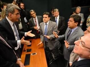 Senador Romero Jucá conversa com parlamentares da oposição que fazem parte da comissão
