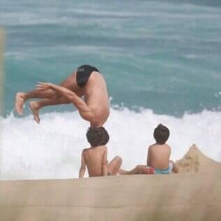 Daniel de Oliveira aproveita a quarta-feira (23) com os filhos na praia