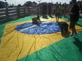 Crianças e adultos fizeram a festa em cima da bandeira brasileira