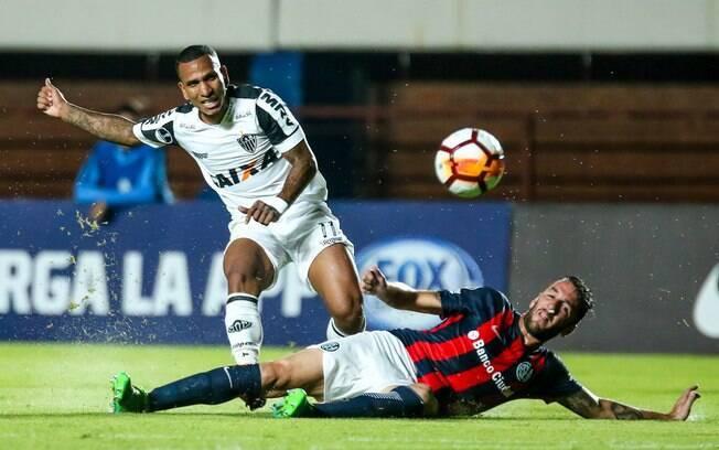 Otero tentando a finalização pelo Atlético-MG