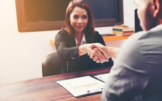 É importante que a pessoa interessada em comprar um imóvel na planta analise muito bem o contrato que firmará com a construtora e, caso seja necessário, consulte um advogado