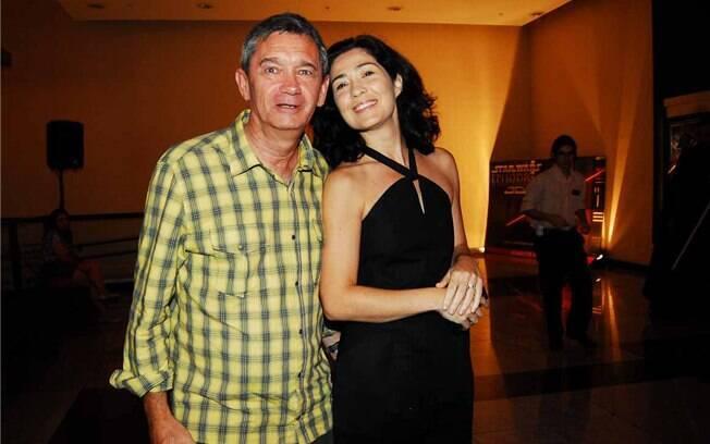 Serginho Groisman e a namorada, a dentista Fernanda Molina, foram ao cinema nessa terça-feira (07)