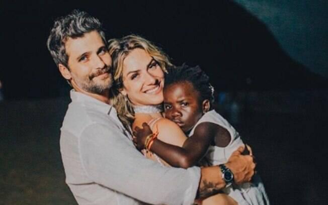 Bruno Gagliasso, Giovanna Ewbank e Titi, a filha adotiva do casal