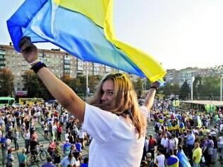 Contra a guerra. Garota ucraniana balança a bandeira do país em um ato contra o conflito na região