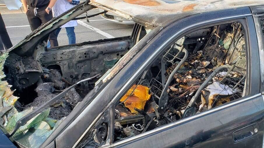 Carro foi completamente incendiado e teve perda total