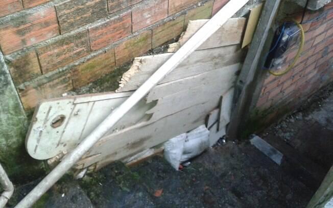Local onde o corpo de Shirley foi deixado; o buraco foi tampado pelos vizinhos por causa do mau cheiro (26/03/2015)