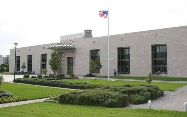 Homem teria detonado explosivos no próprio corpo em posto policial da embaixada