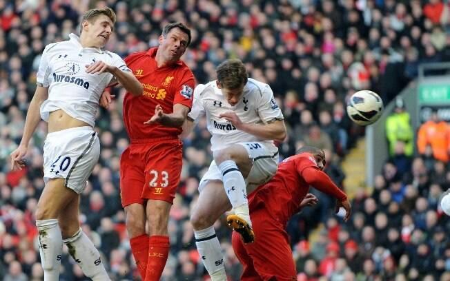 Luis Suarez comemora um dos gols do Liverpool  contra o Tottenham