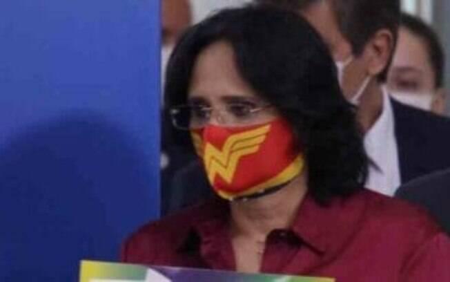 A ministra Damares Alves usa máscara temática de Mulher Maravilha em coletiva