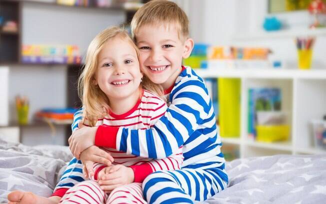 Os pais devem abordar o assunto da mesma forma tanto com meninas quanto com meninos