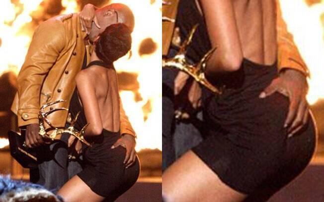 Halle Berry se empolgou tanto durante uma premiação que avançou em Jamie Foxx, dando-lhe um beijo e enfiando a mão. O ator retribuiu a mão boba