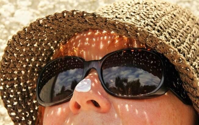 A proteção solar deve ser feita com filtros solares e meios físico, como óculos escuros, chapéu, roupas UV, guarda-sol.