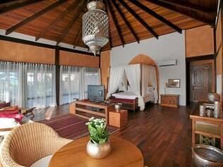 Suítes do Zorah Beach Hotel, de inspiração indiana, com peças trazidas em contêineres