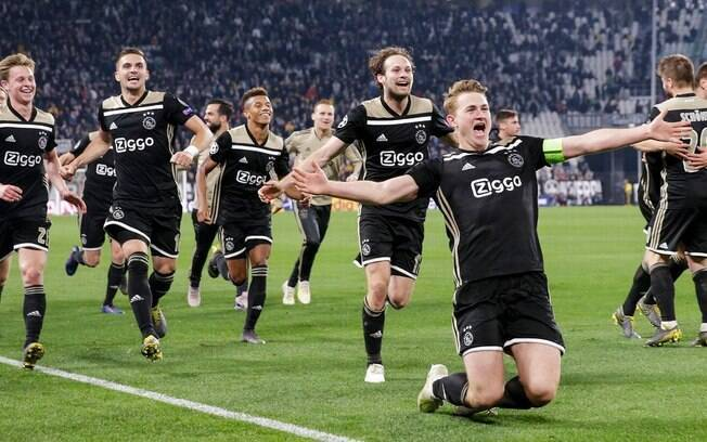 jogadores do Ajax celebram vitória diante da Juventus, em Turim