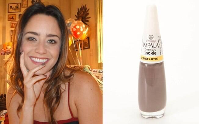 Fernanda Vasconcellos exibe as unhas em tom de cinza. Cor parecida com o Jackie, da Impala