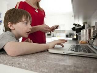 Patti Thomson supervisiona o filho Kevin, de seis anos, enquanto ele usa a internet