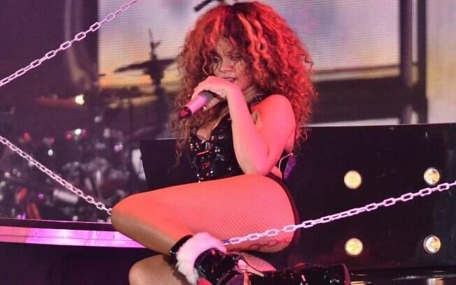 Rihanna em ação durante um show de sua turnê em Barbados, onde nasceu: sexualidade explícita