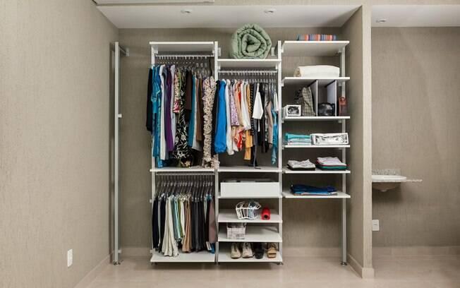 Seja closet ou guarda-roupa comum, existem algumas dicas que te ajudarão na organização das roupas e acessórios