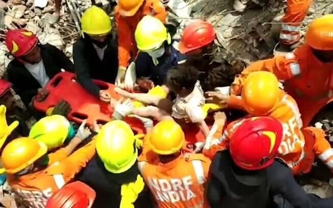 Menino foi retirado dos escombros 20 horas após desabamento