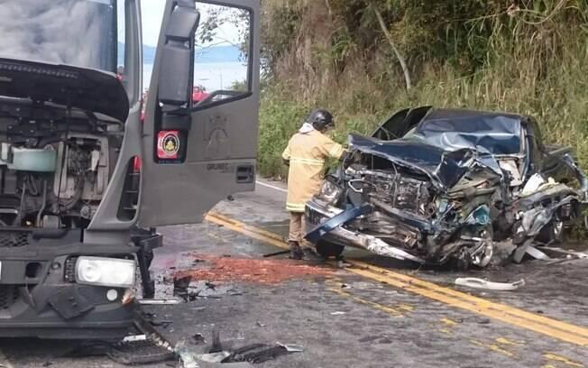 Carro e caminhão se envolveram em batida na rodovia Rio-Santos, em Angra dos Reis