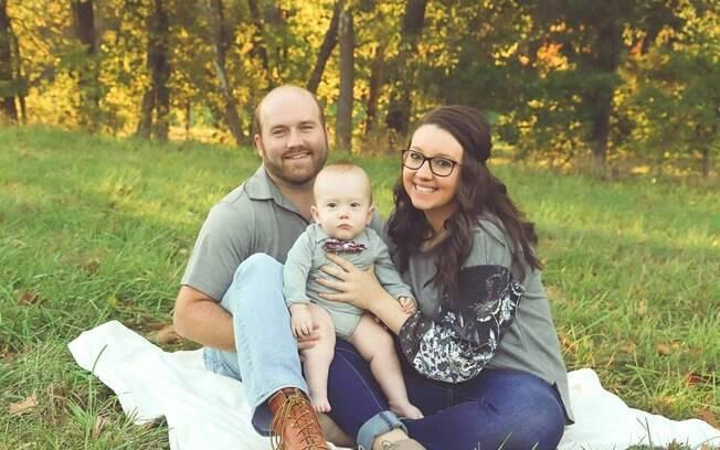 O menino passou por uma cirurgia no segundo trimestre de gestação e, depois, voltou ao útero e nasceu após 10 semanas