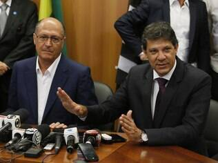 Haddad (à dir.) e Alckmin: prefeito deve sancionar lei de lavagem de calçada nesta sexta