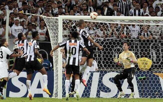 Leonardo Silva cabeceia, faz o segundo gol do  Atlético e leva final para a prorrogação