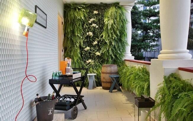 jardim ideias baratas:parede da varanda, em destaque na foto, foi tomada por um jardim