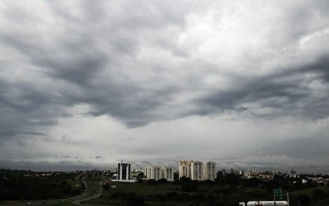 Pancada de chuva e vento de 35 km/h derruba rvore no Guanabara