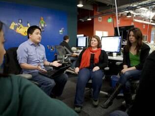 Loren Cheng, engenheiro do Facebook, com as linguistas Amy Campbell e Kathryn Hymes durante reunião sobre a nova busca
