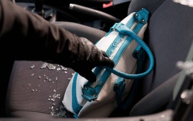 Os roubos e furtos de bolsas conseguiu superar o de estepes, em casos que o bandido quebra o vidro do carro para pegar algo que está dentro do veículo.