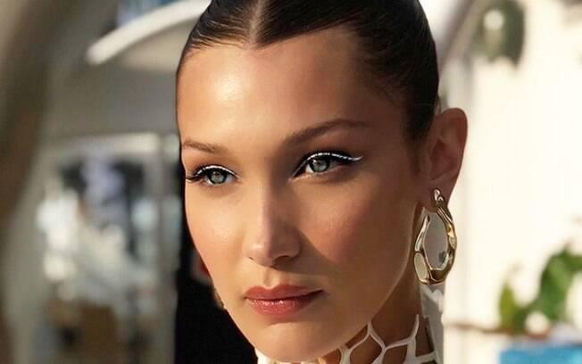 A maquiadora de Bella Hadid, Naoko Scintu, apostou na tendência do traço fino usando uma caneta delineadora branca
