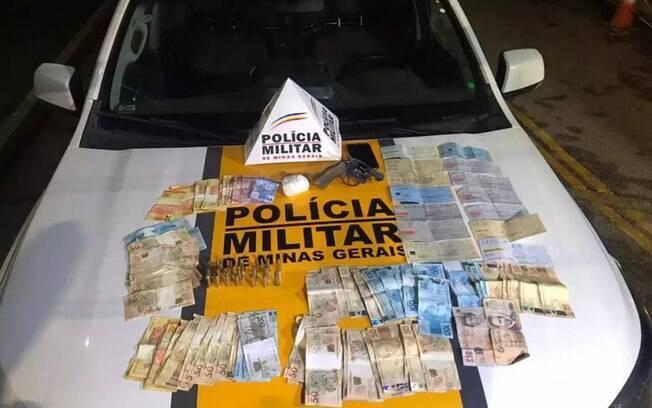 Homem é preso com cocaína, dinheiro e mais de R$ 130 mil em cheques