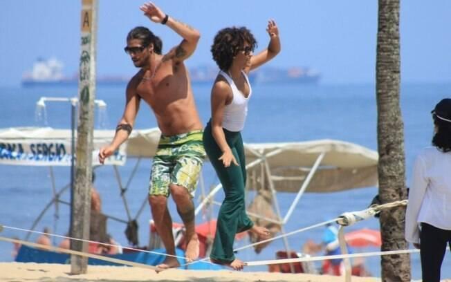 Saulo Bernard e Sheron Menezes praticam exercício