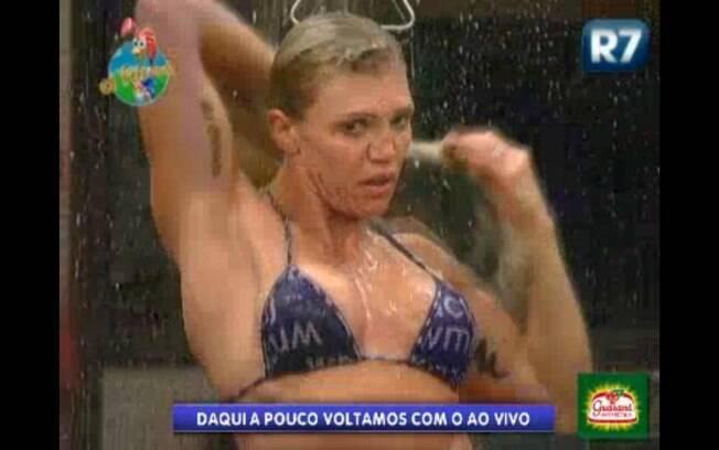 Record exibi imagens da ex-peoa Duda tomando banho