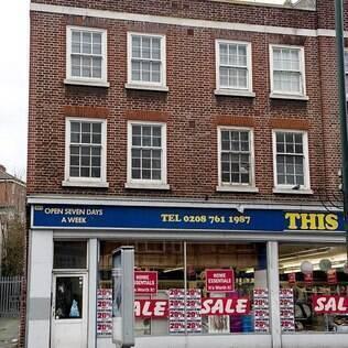 Origens humildes: casa em cima de uma loja no sul de Londres onde Adele morava com sua mãe
