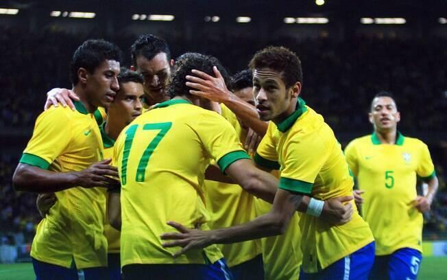 Neymar recebe o abraço de Pato, de quem recebeu o passe, e dos demais companheiros após balançar as redes