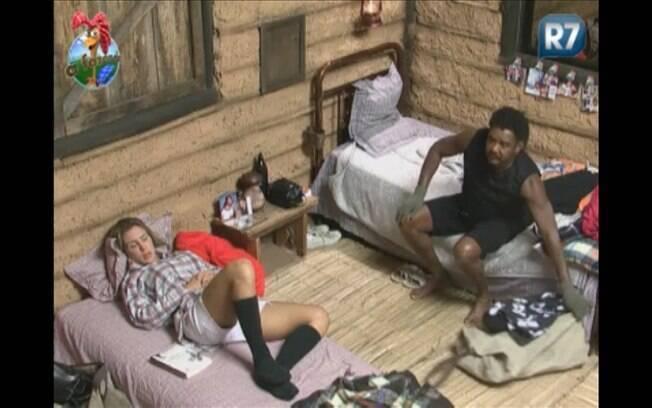 Joana critica Gui e diz que ele não faz nada na casa