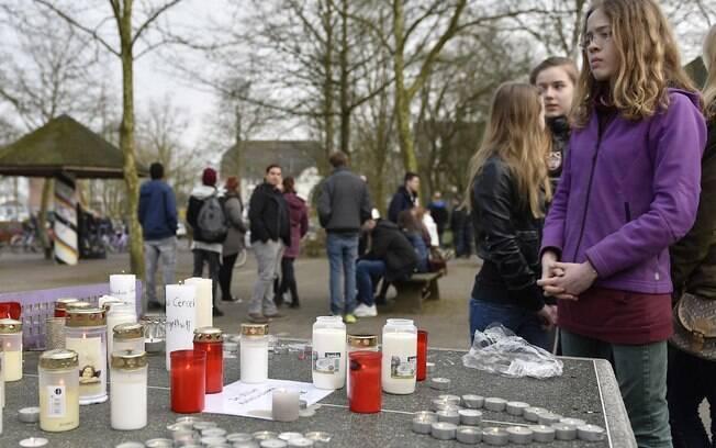 Alunos fazem homenagem para vítimas do voo 4U9525. Entre os mortos estão 16 estudantes alemães. (24/03/2015). Foto: AP