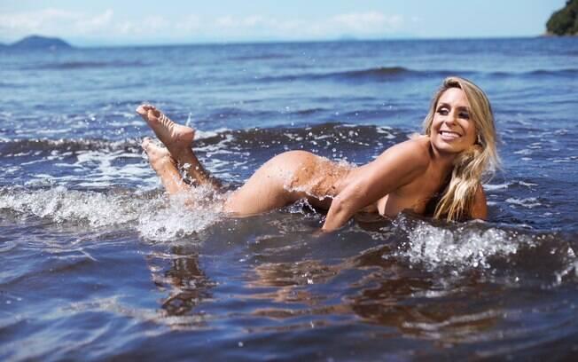 A musa fitness Gabi Bayerlein estrela em seu primeiro ensaio nu para a estreia da Revista Eros no Brasil